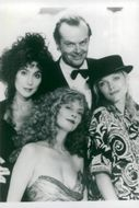 """The actors Cher, Jack Nicholson, Michelle Pfeiffer and Susan Sarandon in the movie """"The Witches of Eastwick"""""""