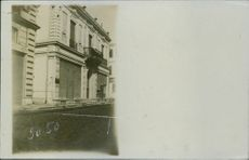 A building in the road during First World War, 1913.