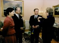 Portrait of the AIDS Specialist Jan-Olof Morfelt receives an award from the King