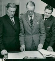 Municipal council chairman Samuel Eriksson, municipal council chairman Ture Johansson and municipal councils Lennart Forsberg look at the drawings for a new retirement home in Vallskoga