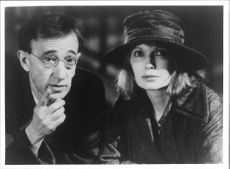 "Woody Allen och Mia Farrow under filminspelningen av ""Shadows & Fog"""
