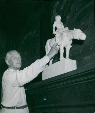 Master of Science Sven Björkman with a model of Milles' first draft of the Sten Sture Monument