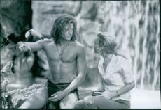 Brendan Fraser and Leslie Mann in a scene from the movie George of the Jungle.