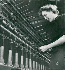 A girl twisted yarn at the Svenska ylle group plant at Tidan