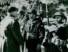 An officer talking to the soldiers during wartime.