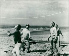 """Actor Paul Newman plays volleyball during a break at the recordings of the movie """"Hard to Hard"""""""