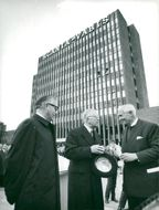 King Gustaf VI Adolf flanked by director Gösta Nilsson and Marcus Wallenberg in front of Scania-Vabi's new skyscraper