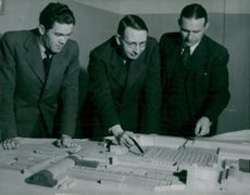 Chief engineer Eriksson, the engineers Wennerlund and Jansson discuss a detail in the Ludvika works expansion