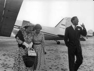 Bernhard of Lippe-Biesterfeld and Queen Juliana coming out of the plane.