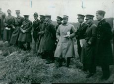 Soldiers gathered while standing in the field during the Spanish Civil War.