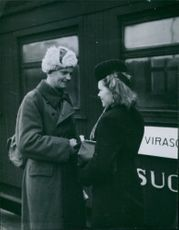 A Finnish soldier bidding goodbye his love one going to Viborg. 1944