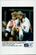 US gymnast Kerri Strug, who broke his leg during the finals in gymnastics during the 1996 Olympic Games, is worn by his coach