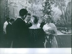 Eliette von Karajan having a conversation with a group of people.