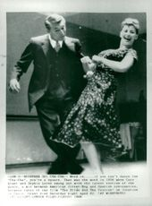 """Cary Grant dance cha-cha with Sophia Loren between the recordings of the film """"Pride and passion"""""""
