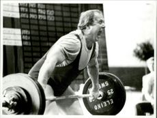 Ingvar Asp in old days screams out to lift over 100kg in an unknown competition