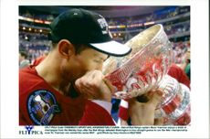 Detroit Redwings Steve Yzerman drinks from the Stanley Cup Cup
