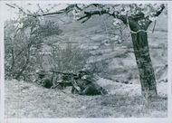 The first contact with the enemy. The machine gun under the now cherry-tree in Yugoslavia already assumes the Flanansicherung. Wenigo fire from the MG. To force the Serbs to surrender.
