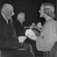 At the prom in the Royal Tennis Hall närvoro Prince Carl and Prince Eugen, who was courted by the sweet blomsterförsäljerskor during the Red Cross week. - 7 May 1944