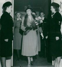 Louise Mountbatten arrives at Waldemarsudde and is received by the archipelago castles Margareta Gardelius and Ingrid Hägglund