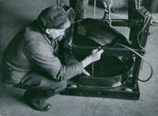 A man placed the anchor drum in the mine chair in Germany.  - 1940