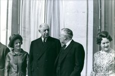 British Prime Minister Harold Wilson, 18th President of France Charles de Gaulle, Gaulle's wife Yvonne de Gaulle and Wilson's wife Mary Wilson are standing together.
