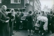 People arriving at baptism of son of Princess Margriet of the Netherlands and Pieter van Vollenhoven, 1970.