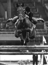 Miss S.K. de B. Page deltar med hästen Jet Propelled under International Horse Show i White City