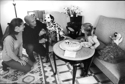 Yul Brynner with his family and dog.