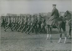 Soldiers marching in the field during Tyskland war.