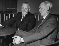 LO chairman Arne Geijer is discussing agreements with LO veteran Henry Hansson in the People's House