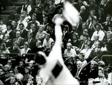 The audience is watching when Ivan Lendl serves in Stockholm Open 89