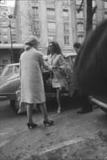 Sophia Loren exit in the car.