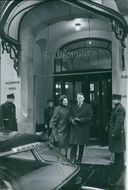 Jens Otto Krag standing outside the building with his wife Helle Genie Virkner, 1963.