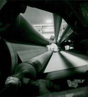 The large power paper machine produces a paper web of not less than 645 cm wide