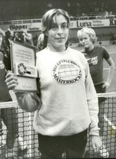 Tennis player Lena Sandin with his diploma