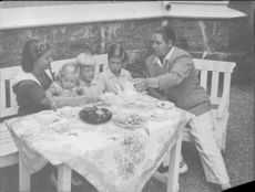 "Johan Jonatan ""Jussi"" Bjorling and his wife Anna-Lisa Bjorling having breakfast with children."