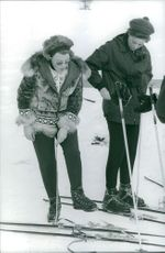 Princess Beatrix and woman with skis.