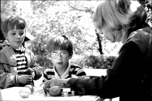 Tove Jansson signs his books in a flowering birch on Skansen. Here, Love and Erik Jonasson look at the author's name in their storybook