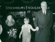 """Tjorven"" Maria Johansson together with the royal couple. Queen Louise and King Gustaf VI Adolf"