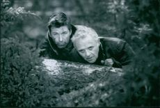 Alec Baldwin and Anthony Hopkins in the film The Edge, 1997.