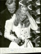 Actress Meryl Streep receives a statue at the Oscars Gala in 1980. Behind her is Jack Lemmon