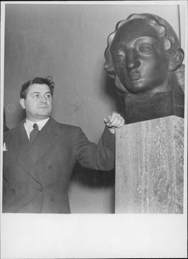 "Wäinö Aaltonen and his work ""Portrait young girl"". - 13 February 1941"
