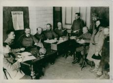 Soldiers gathered while planning during Tyskland war.