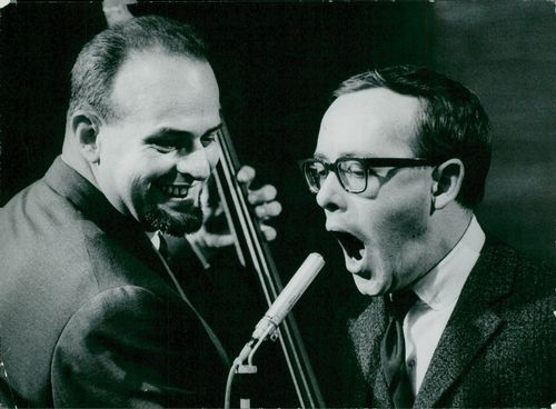 Simon Brehm, bass, and Leif Asp, singing, during a recording of Hyland Hörna.