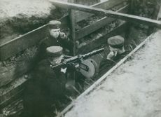Italian and German soldiers putting their gun in position in the hole that they created for their defense.