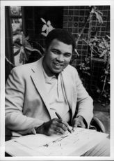 US Former World Champion of Boxing Muhammad Ali draws a drawing.