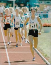 Malin Ewerlöf runs 800 meters.