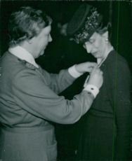 Louise Mountbatten receives the lottery's newly established gold medal of Maja Schmidt