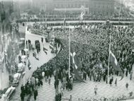 Large human masses gathered outside the City Hall and after the procession the day when Hans Hedtoft was bitten