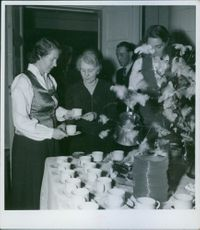 People standing and having tea. Swedish help Norway aid study 1942